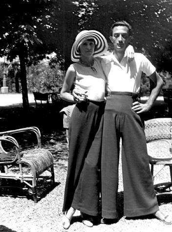 Salvador Dalì posa con la moglie Gala