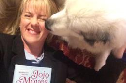 L'autrice inglese Jojo Moyes ed il cane Nanook