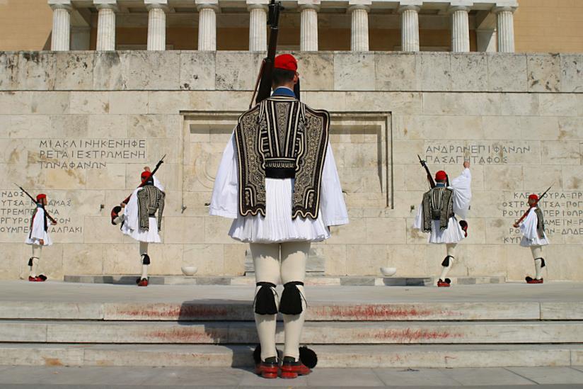 Gli Euzoni durante il cambio della guardia a Piazza Syntagma