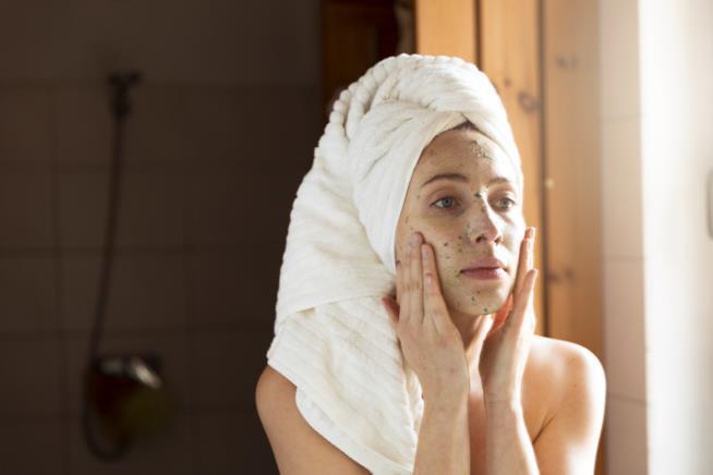 Ragazza con scrub sul viso