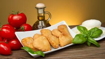 Panzerotti con mozzarella, pomodorini e zucchine