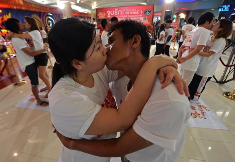 Gare di baci in Tailandia a San Valentino