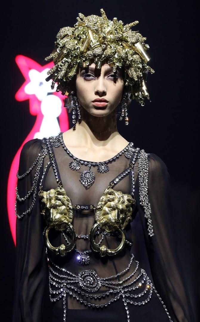 Modella che indossa la Pre Collezione Moschino donna autunno inverno 2019 2020