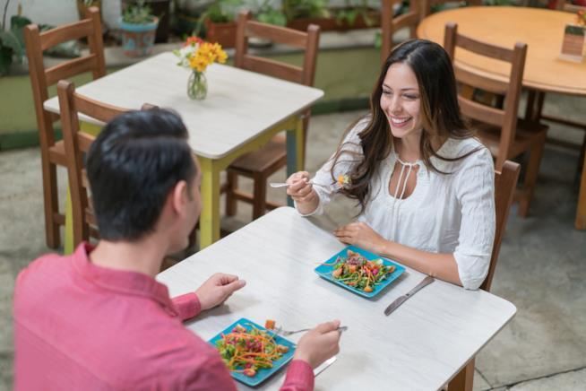Coppia cena in un ristorante vegetariano