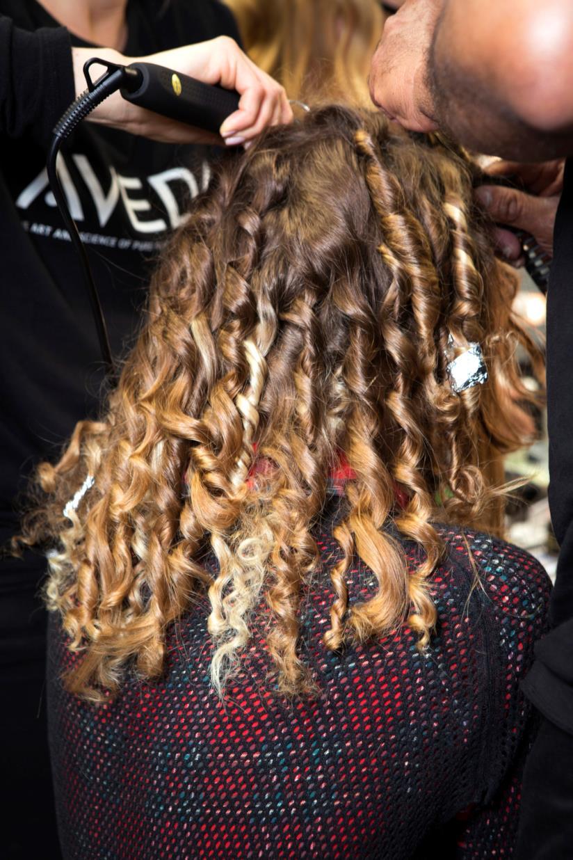 Modella con hairstyle con boccoli