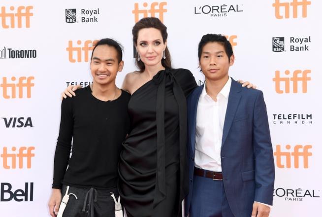 Angelina Jolie con i figli Maddox e Pax, entrambi cambogiani
