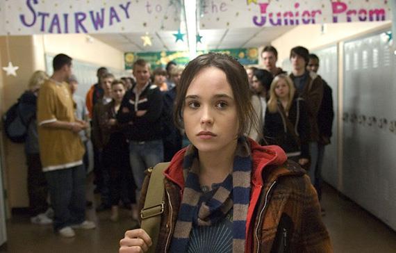 Ellen Page in un corridoio di un liceo nel film Juno