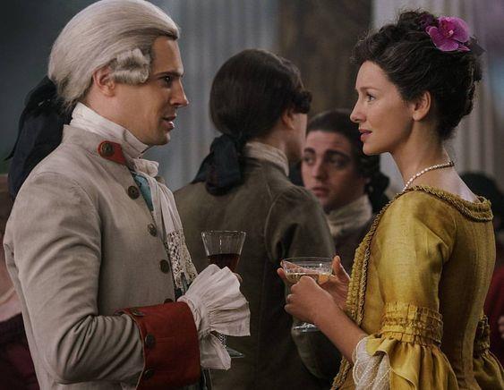Claire parla con John Grey al ballo