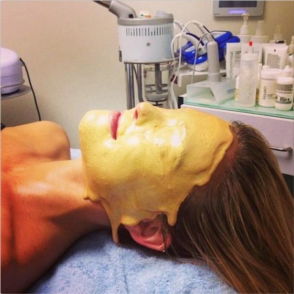 La maschera di bellezza all'oro di Bar Refaeli