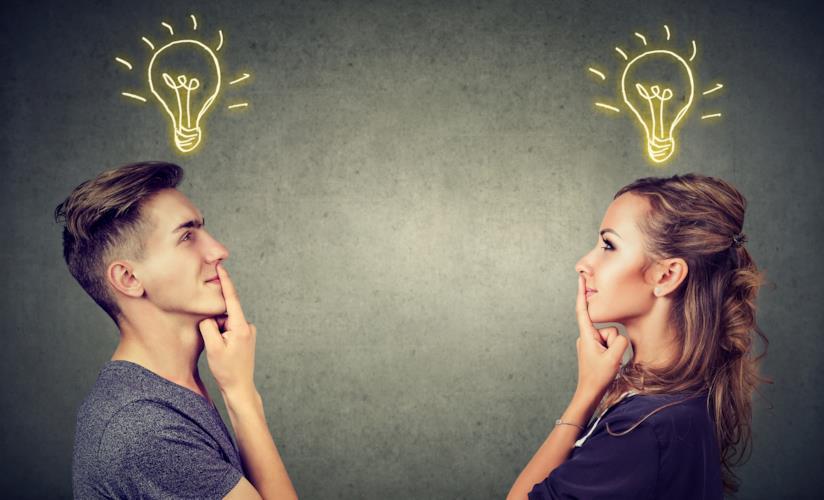 Due persone che pensano (con la lampadina accesa).