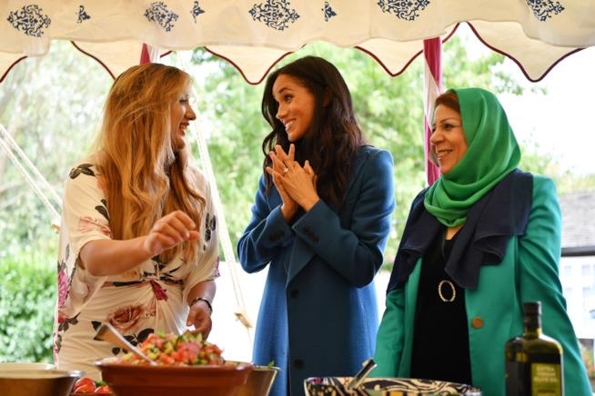 Meghan Markle con alcune delle donne della Hubb Community Kitchen