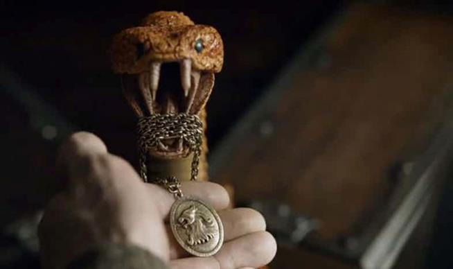 La collana di Cersei nella bocca di una vipera