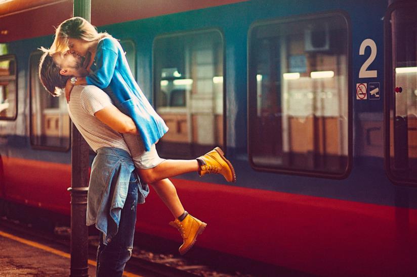 Due ragazzi si baciano davanti il treno