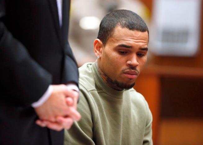 Chris Brown in aula dopo l'aggressione a Rihanna