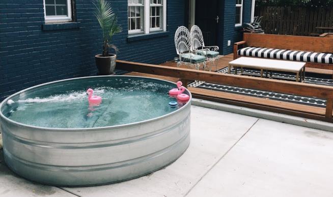 una piscina fatta con una vasca di acciaio