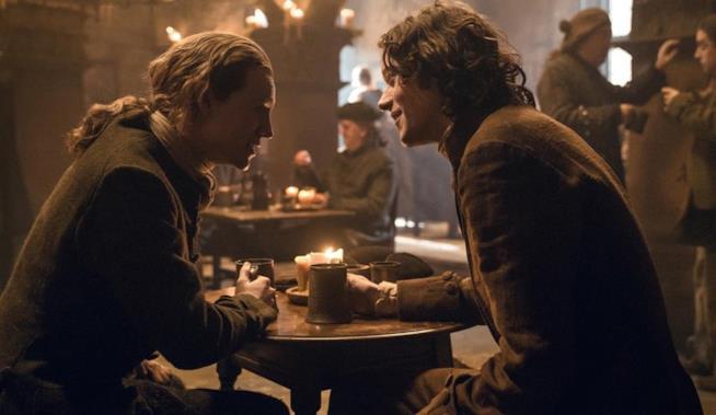 Fergus e il giovane Ian parlottano alla locanda