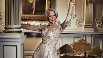 L'attrice Helen Mirren posa vicino ad una colonna
