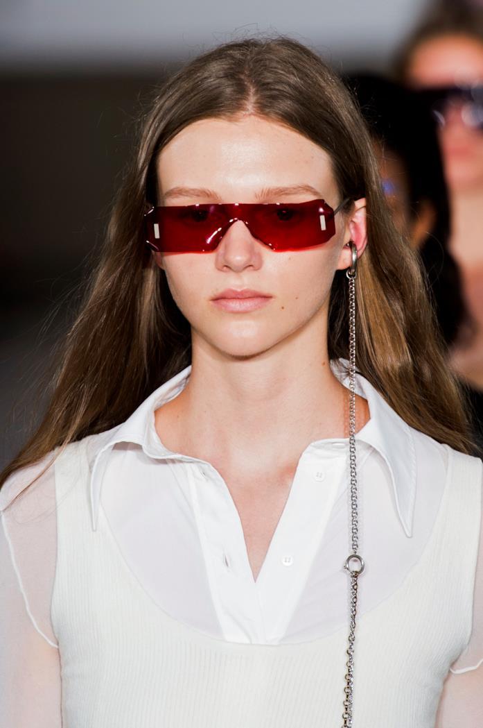 Modella che indossa occhiali Acne alla S/S 2019