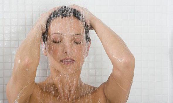 Donna che si fa la doccia.