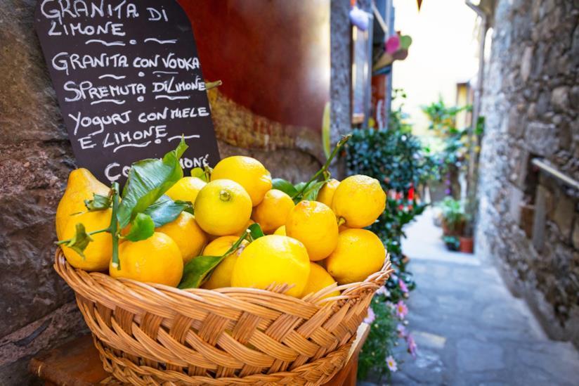 Cesto di limoni siciliani in primo piano