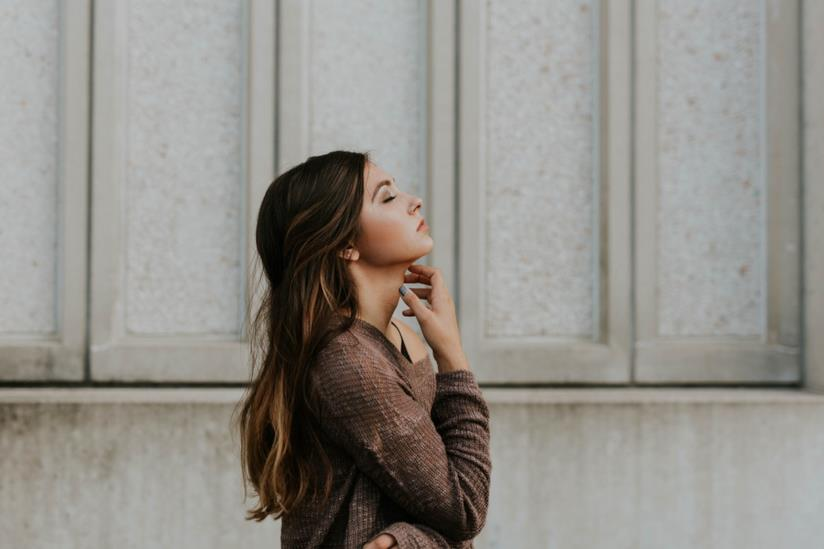 Donna giovane con dolore alla gola