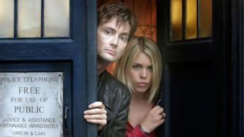 David Tennant e Billie Piper si affacciano dalle porte del Tardis