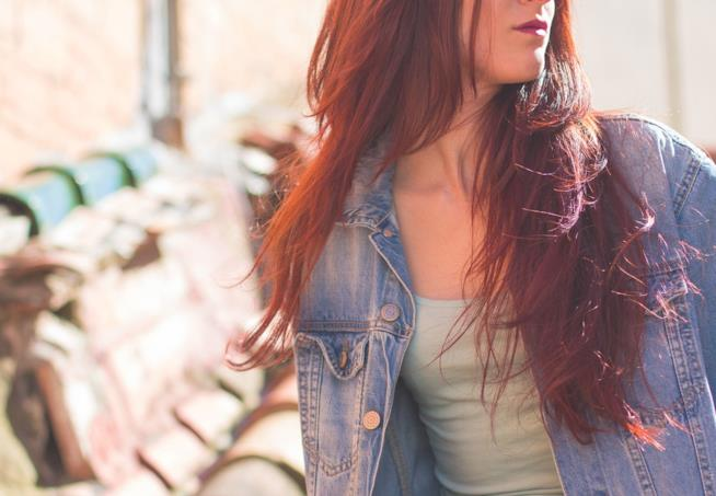 Una donna con i capelli rossi.