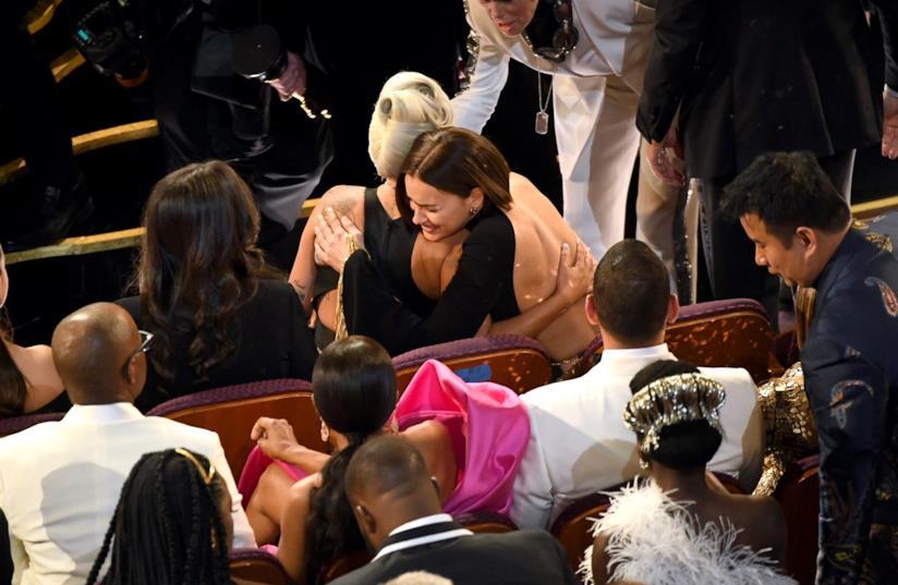 Lady Gaga abbracciata a Irina Shayk agli Oscar