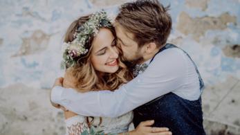 Uno sposo abbraccia la moglie con affetto