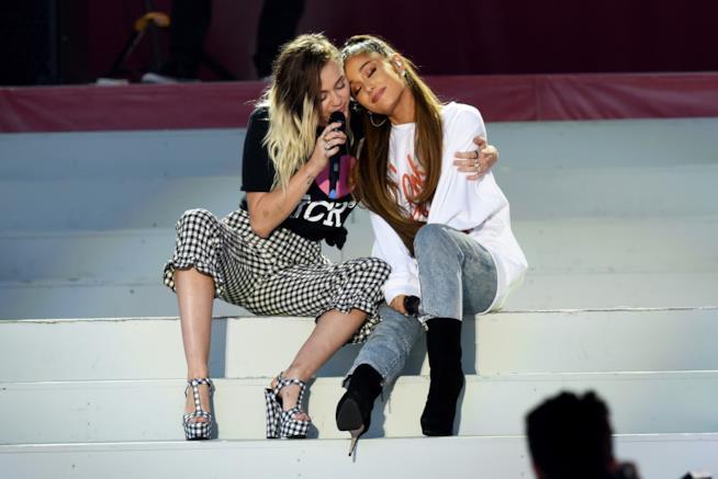 Le due cantanti Miley Cyrus e Ariana Grande