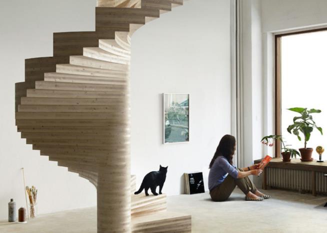 Scala in legno dalla forma inusuale