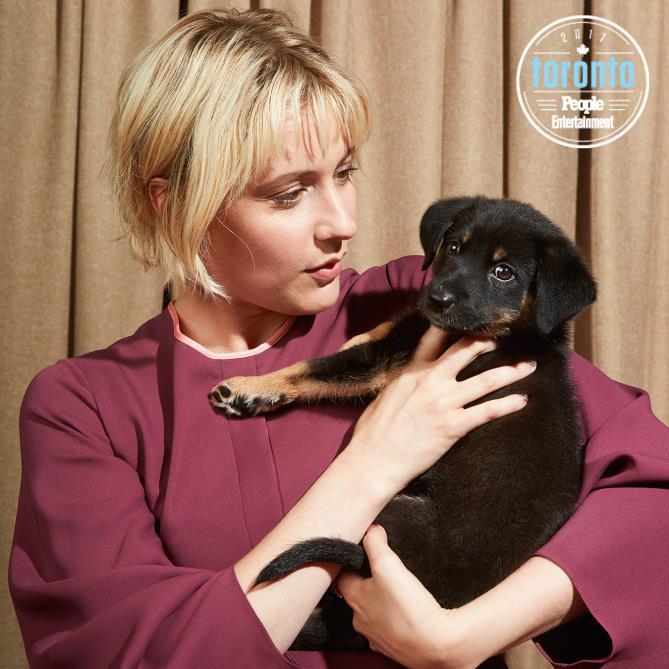 Greta Gerwig  tiene in braccio un cucciolo