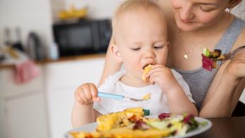 Mamma e bambino mangiano sano