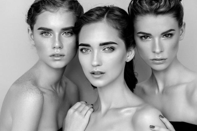 Tre donne con i volti distesi