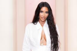 Kim Kardashian con un abito bianco
