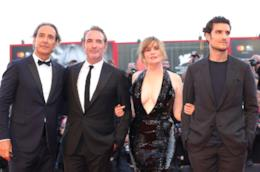 Alexandre Desplat, Georges Dujardin, Emmanuelle Seigner e Louis Garrel in piedi, vestiti di nero