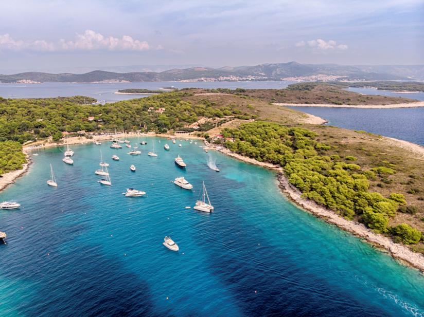 Una baia dell'Isola di Sveti Klement vista dall'alto.