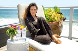 Nikki Reed in riva al mare