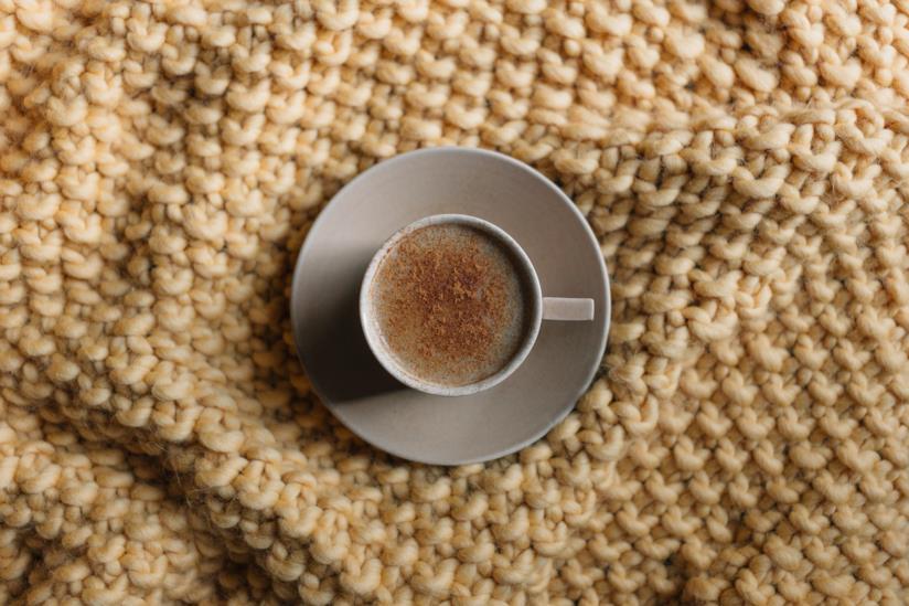 Tazza di caffè su un plaid