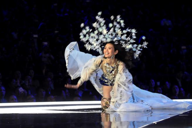 La caduta di Ming Xi al Victoria's Secret Fashion Show