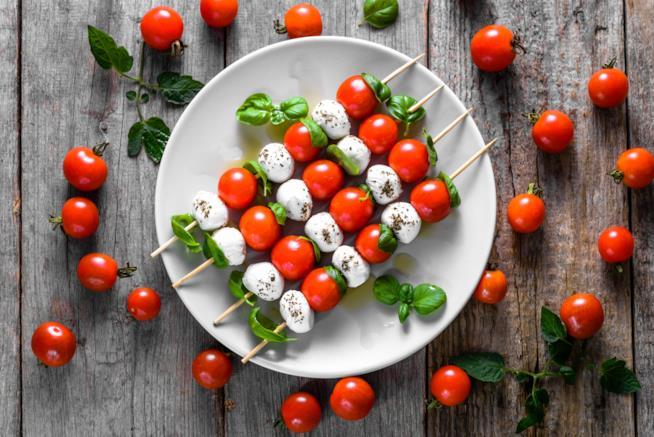 Spedini di pomodorini e mozzarella in salsa verde