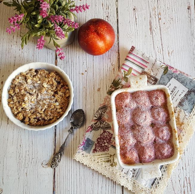Ciotole con dolce e gelato di frutta