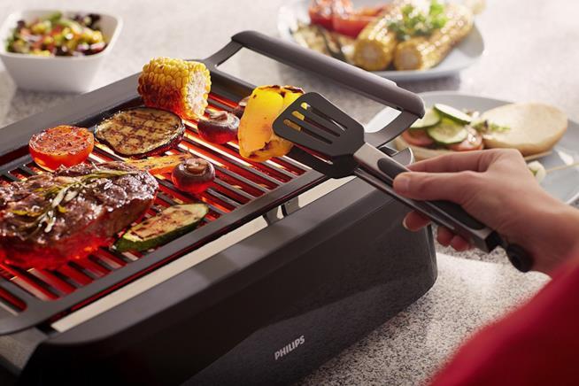 Il grill nero con il cibo in cottura