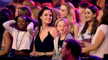 Angelina Jolie con due dei suoi figli