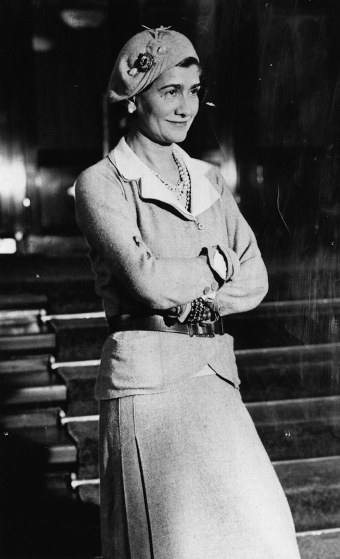 Coco Chanel a figura intera