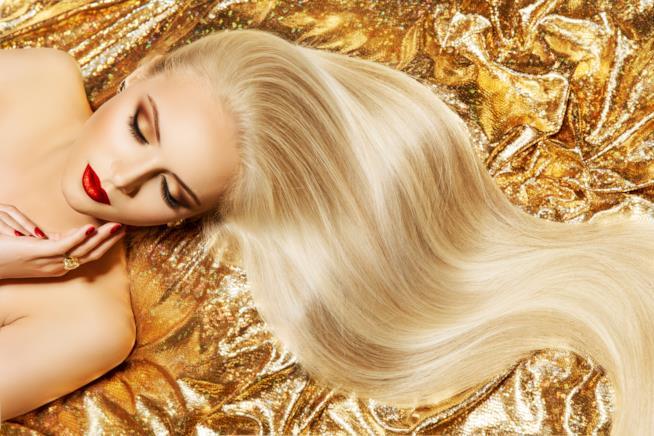 Lunghi capelli biondi e sani