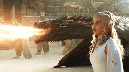 Daenerys Targaryen e uno dei suoi draghi