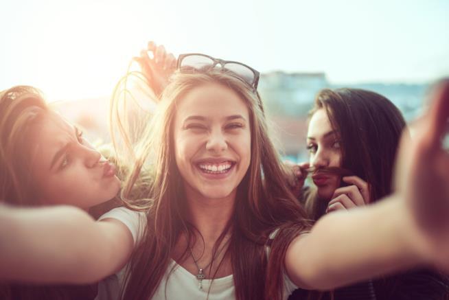 Un gruppo di ragazze si scatta un selfie simpatico