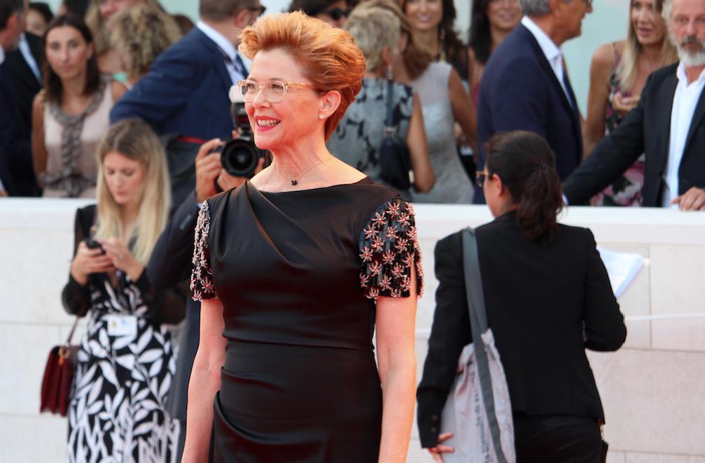 Annette Bening sorride ai fotografi all'arrivo sul red carpet d'apertura.