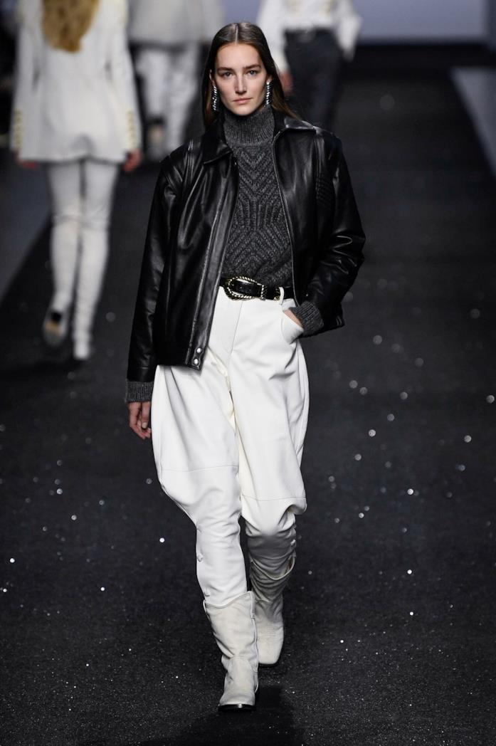 Un look giacca e pantaloni della sfilata Alberta Ferretti